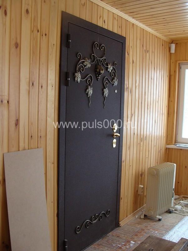 металлическая дверь в квартиру с ковкой