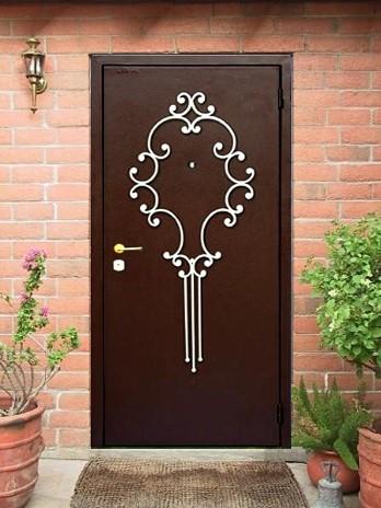 стальные декоративные элементы на входных дверях